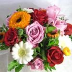 金盞花とバラのアレンジのアレンジメント