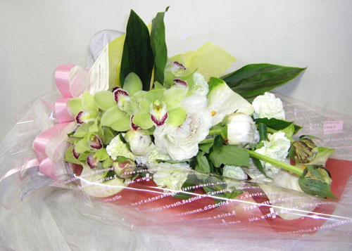 シンビジウムとシャクヤクの花束