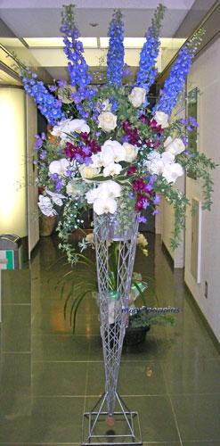 デルフィニムとコチョウランのスタンド装花