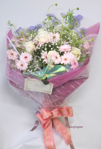 ガーベラとブルーレースフラワーのお祝いの花束