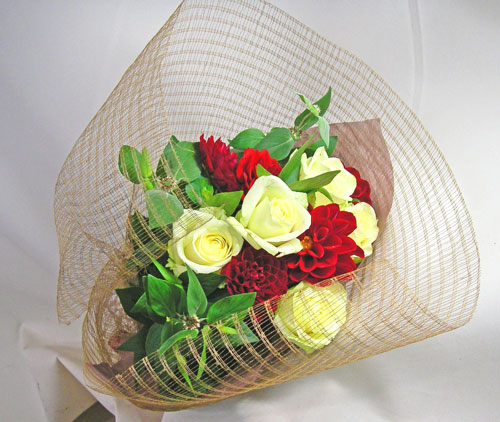 バラとダリアの花束