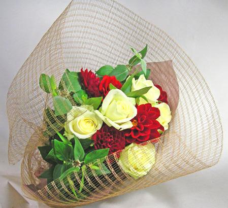 バラとダリア、ミントの花束