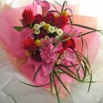 ケイトウとカラーの花束