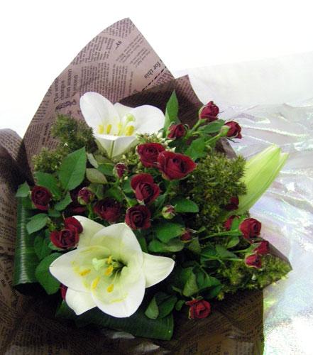 テッポウ百合とミニバラの花束