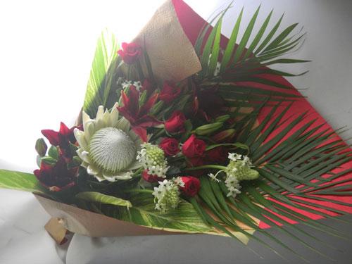キングプロテアとバラの花束