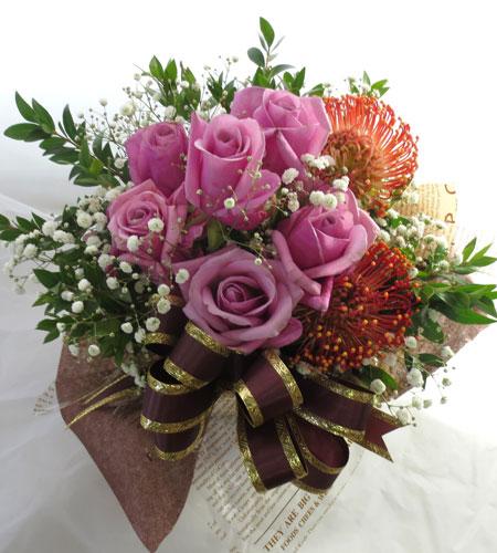 銀梅花とバラのアレンジメント
