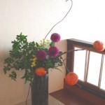 柿とピンポンマムのアレンジ