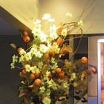 柿とコスモスのディスプレイ