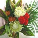 キングプロテアとピンクッションの花束