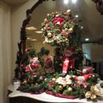 モミの木のリースとクリスマスディスプレイ