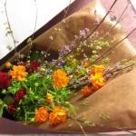 黄花コスモスと紫式部の花束