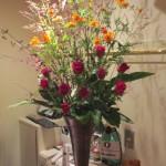 黄花コスモスとバラのアレンジ