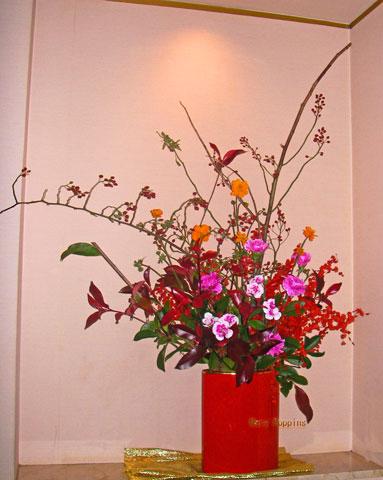 黄花コスモスと野バラの実