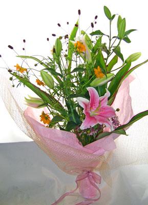キバナコスモスと百合の花束