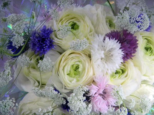 ラナンキュラスと矢車草の花束
