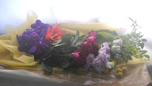グズマニアとトルコキキョウの花束