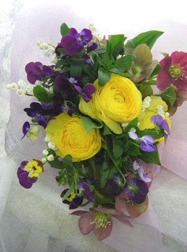 クリスマスローズとラナンキュラスの花束