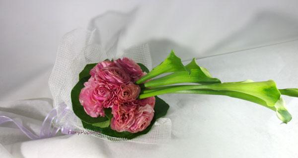カラーとツワブキの葉の花束