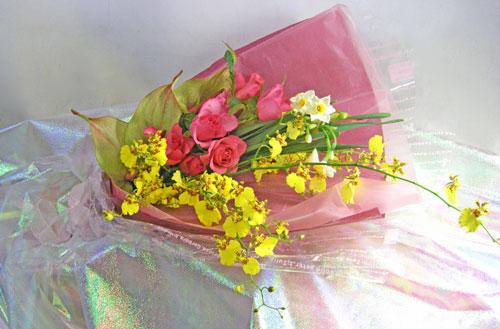 日本水仙とバラの花束